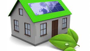Une maison au toit vert et dotée de panneaux solaires
